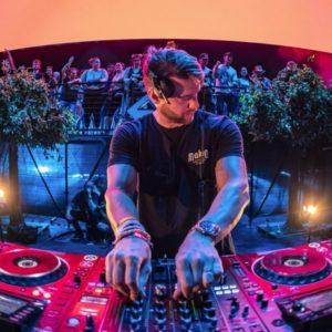 Disk Jockeys (DJ)